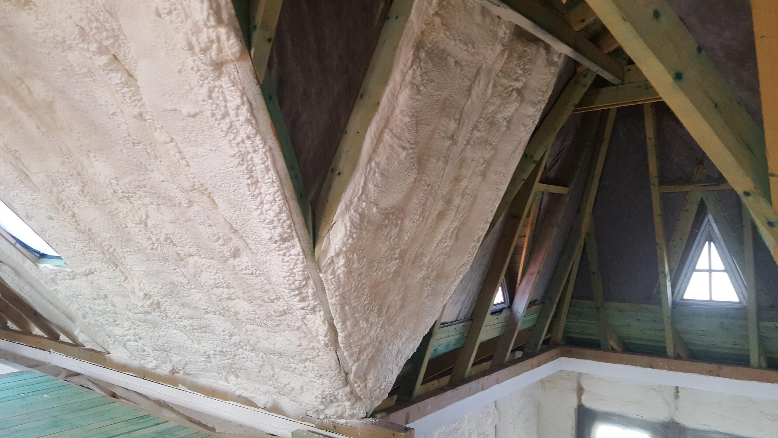 Szórt purhabot lakalmazunk tető szigetelés esetén